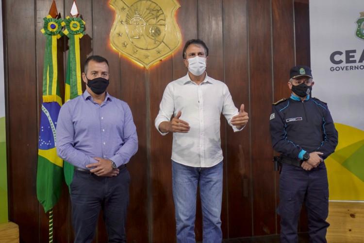 Governador do Ceará, Camilo Santana, anuncia a publicação do edital. Também estiveram presentes o titular da Secretaria da Segurança Pública e Defesa Social (SSPDS), Sandro Caron, e do coronel comandante geral da PMCE, Márcio Oliveira(foto: CARLOS GIBAJA/GOVERNO DO CEARA)