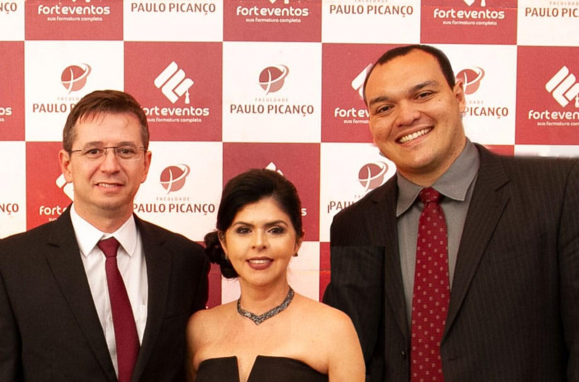 Victor Feitosa com Gracemia e Paulo Picanço, diretores da faculdade, celeiro de seus trabalhos e pesquisas (Foto: Arquivo Pessoal)