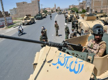 Um comando do Exército Nacional Afegão monta guarda em cima de um veículo ao longo da estrada no distrito de Enjil, na província de Herat, em 1º de agosto de 2021