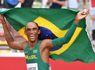 Alison dos Santos exibe bandeira do Brasil após a conquista da medalha de bronze