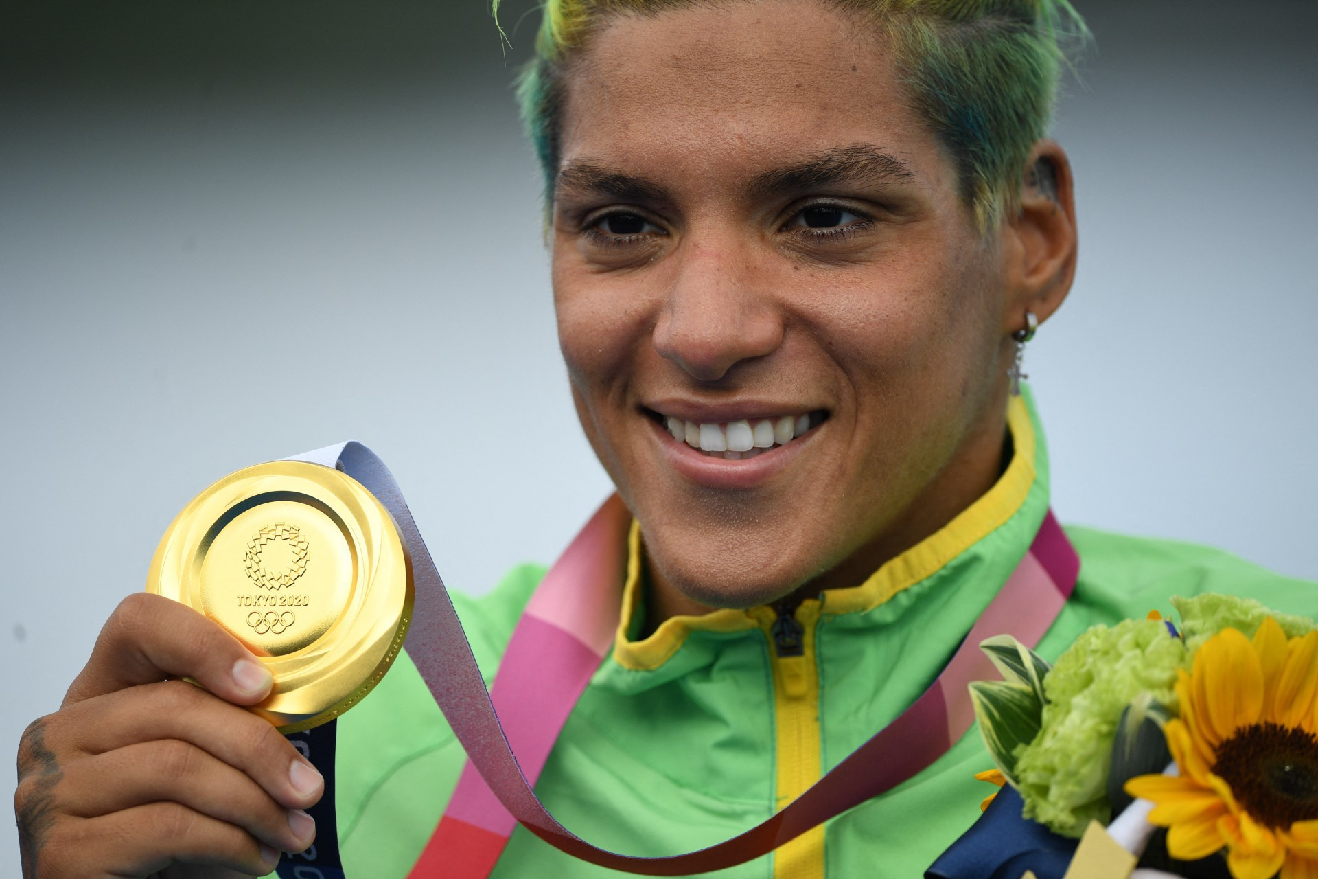 Ana Marcela Cunha, do Brasil, posa com sua medalha de ouro em cerimônia após vencer a maratona feminina de natação de 10 km durante os Jogos Olímpicos de Tóquio 2020, no Parque Marinho de Odaiba, em Tóquio, em 4 de agosto de 2021. (Foto: Oli SCARFF / AFP) (Foto: OLI SCARFF / AFP)