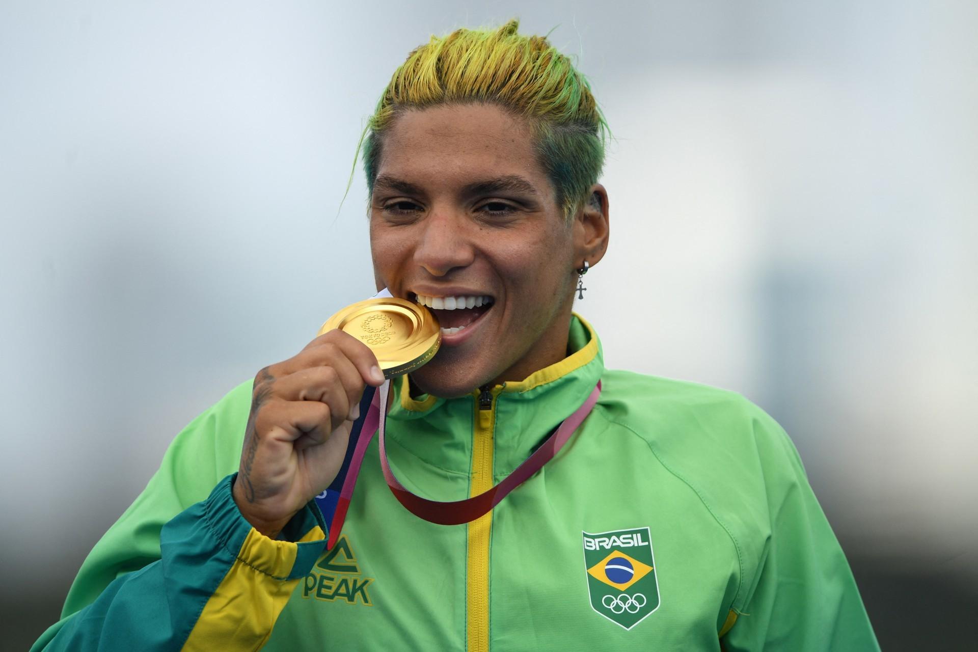 Ana Marcela Cunha, ouro na maratona aquática, é uma das atletas LGBTQUIA+ em Tóquio (Foto: Oli SCARFF / AFP)