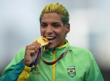 Ana Marcela Cunha, ouro na maratona aquática, é uma das atletas LGBTQUIA+ em Tóquio