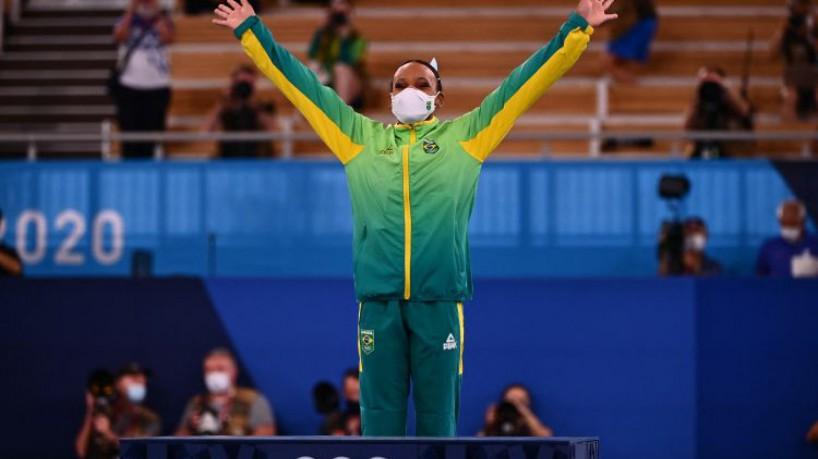 Rebeca Andrade é a maior campeã brasileira em Tóquio, somando duas medalhas: uma de ouro e outra de prata(foto: Loic VENANCE / AFP)