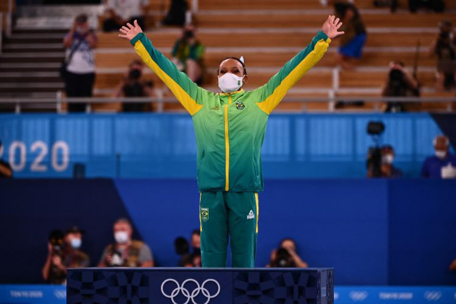 Rebeca Andrade é a maior campeã brasileira em Tóquio, somando duas medalhas: uma de ouro e outra de prata (Foto: Loic VENANCE / AFP)
