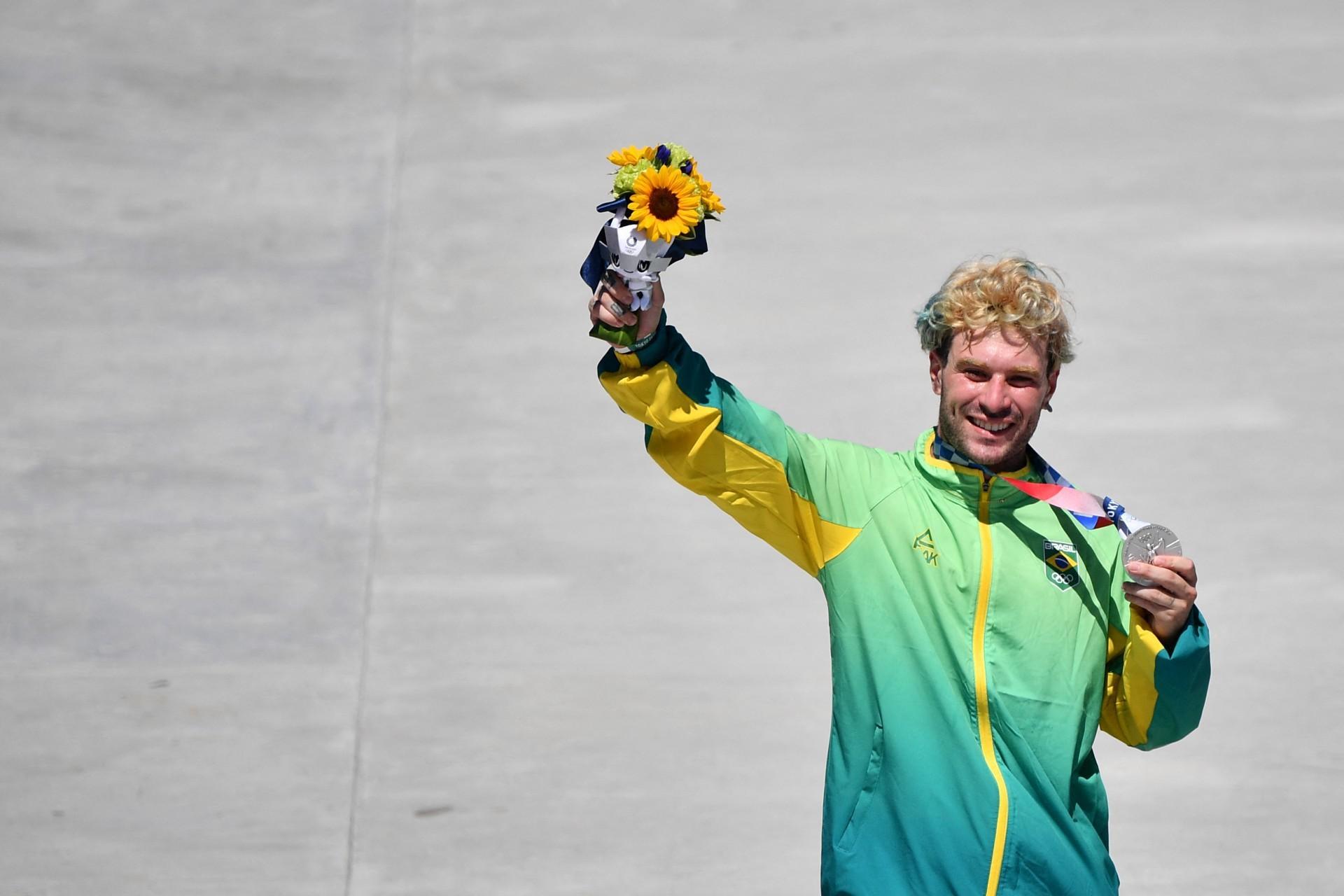 Pedro Barros com a medalha de prata no skate park nas Olimpíadas de Tóquio 2020
