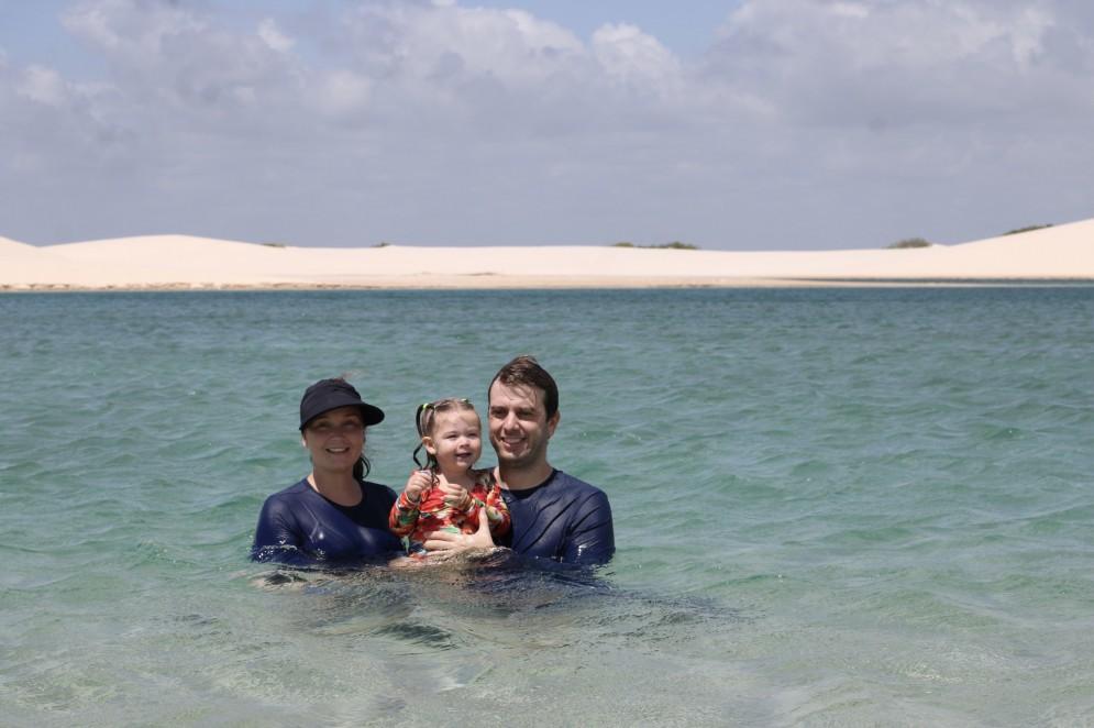 Mayra, o esposo Daniel, e a filha Alice nos Lençóis Maranhenses