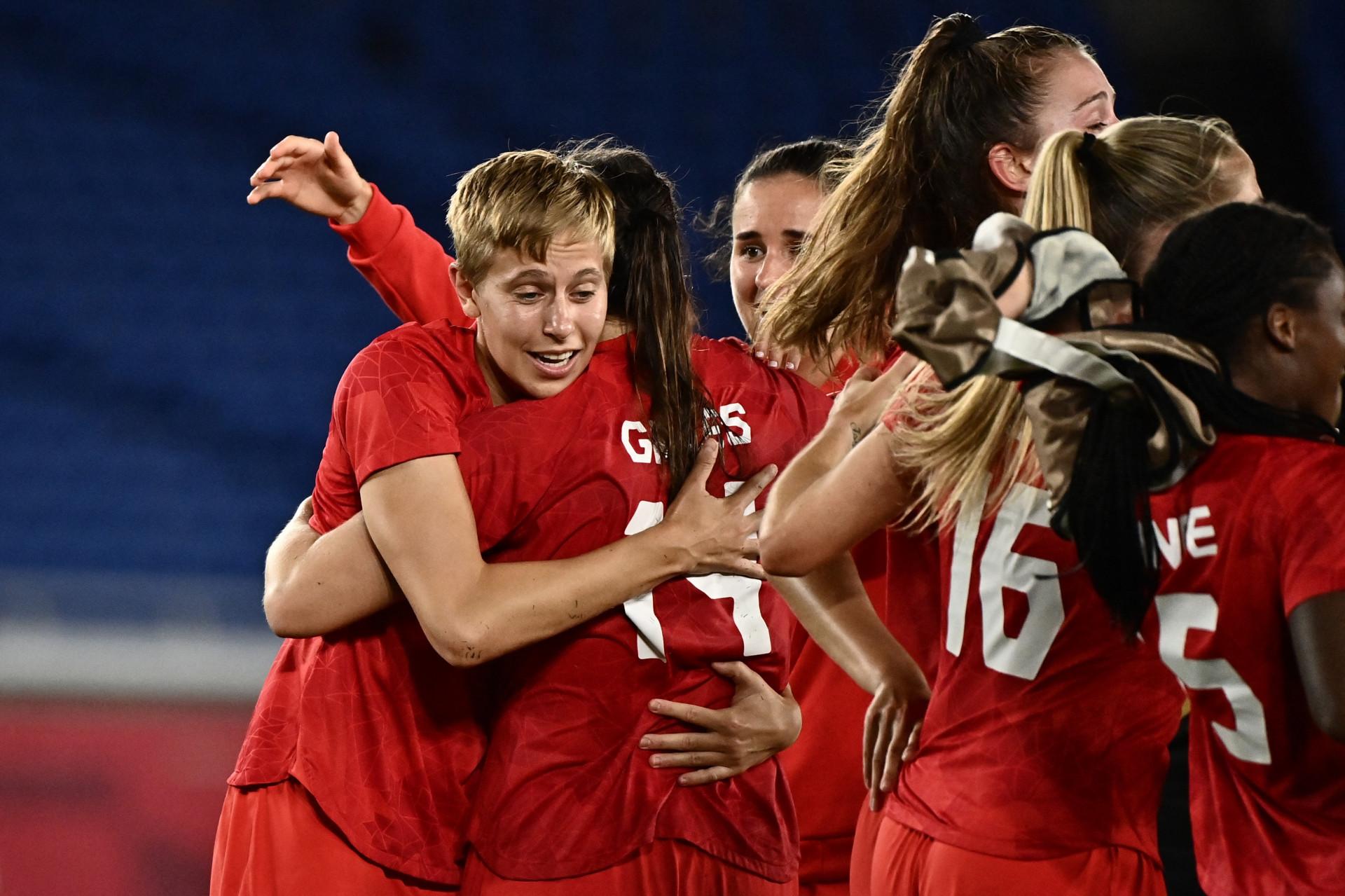Quinn, ouro com a seleção feminina de futebol do Canadá nas Olimpíadas de Tóquio, foi a primeira atleta trans medalhista olímpica (Jeff PACHOUD / AFP)  (Foto: Jeff PACHOUD / AFP)