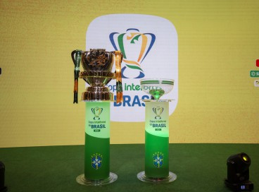 Taça da Copa do Brasil 2021 e pote de sorteio na sede da CBF, no Rio de Janeiro