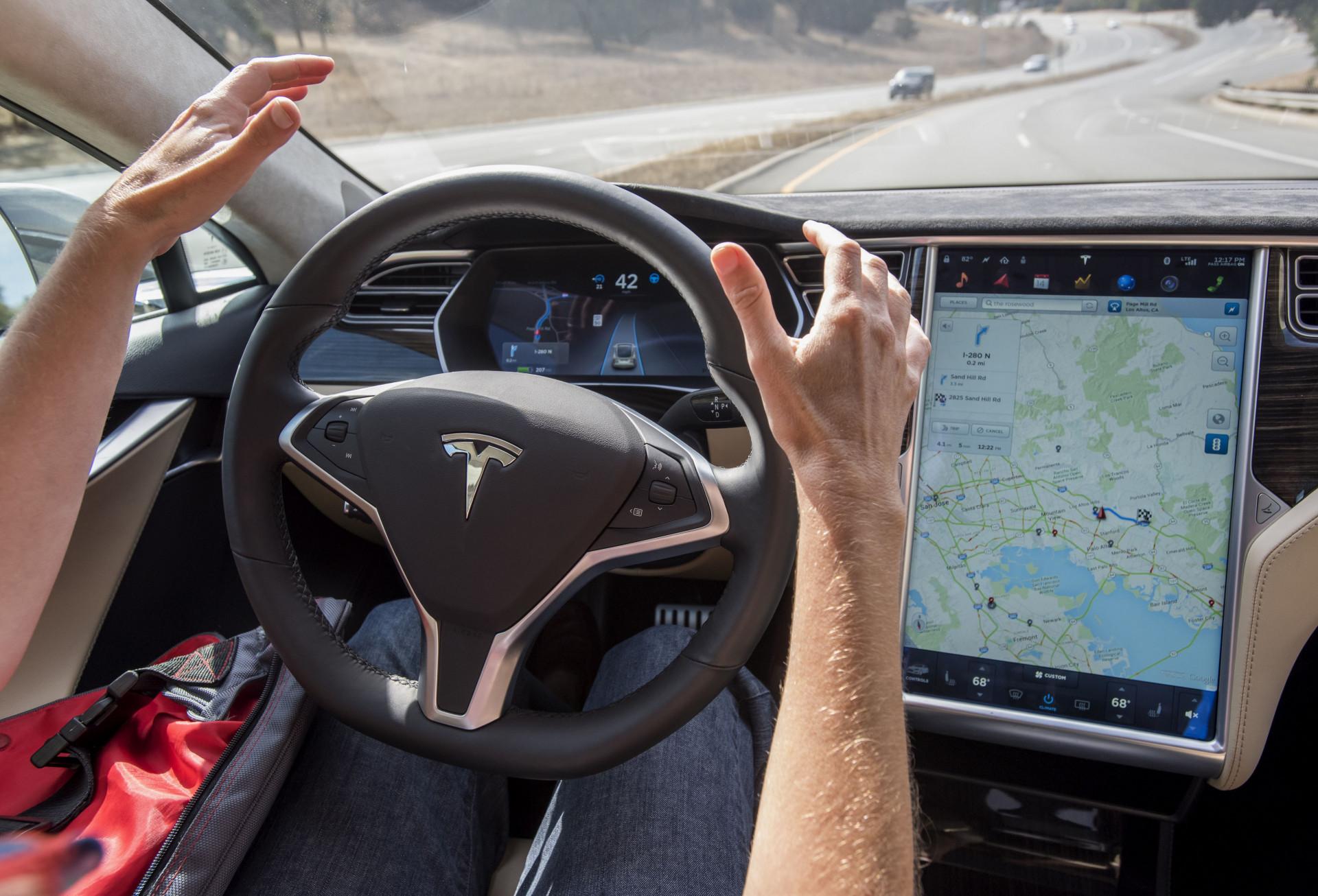 A Tesla oferece opcionalmente o Autopilot, um conjunto de dispositivos de assistência à condução que o tornam semiautônomo, mas que ainda exige a presença do motorista (Foto: Divulgação/David Paul Morris/Bloomberg)