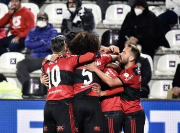 Jogadores do Flamengo comemoram o primeiro gol contra o Olimpia, marcado por Arrascaeta, no jogo de ida das quartas de final da Copa Libertadores da América 2021