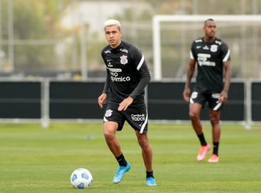 Volante Cantillo com a bola em treino do Corinthians no CT Joaquim Grava, em São Paulo