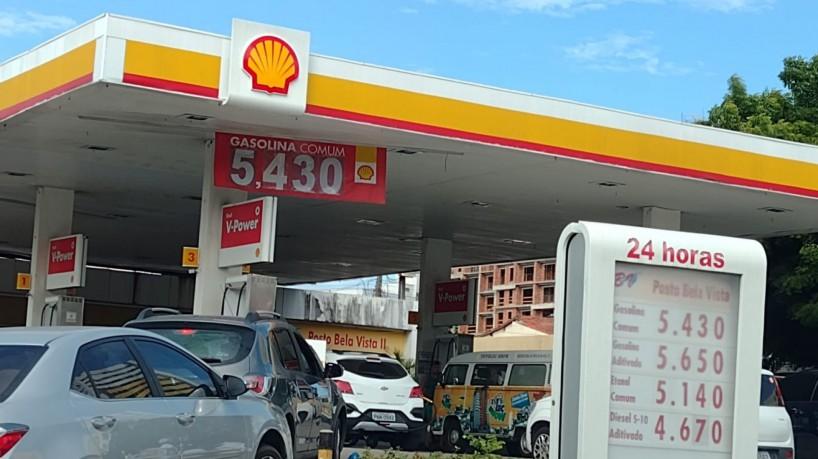 Motoristas fazem fila para abastecer em posto com gasolina a R$ 5,43 em  Fortaleza