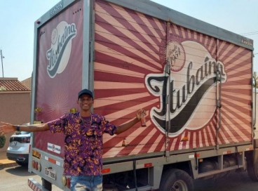 Alison dos Santos posa em frente ao caminhão de refrigerantes da Itabuína