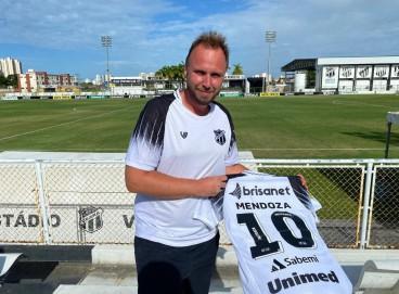 Jacob segurando a camisa 10 do Ceará