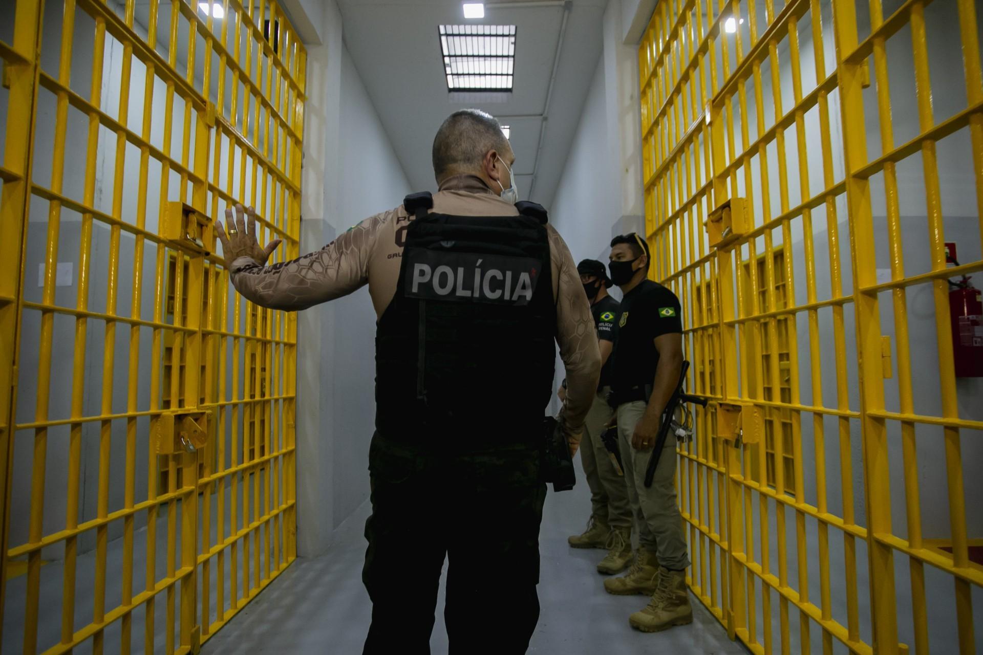 Mauro Albuquerque, secretário da Administração Penitenciária, no presídio de segurança máxima