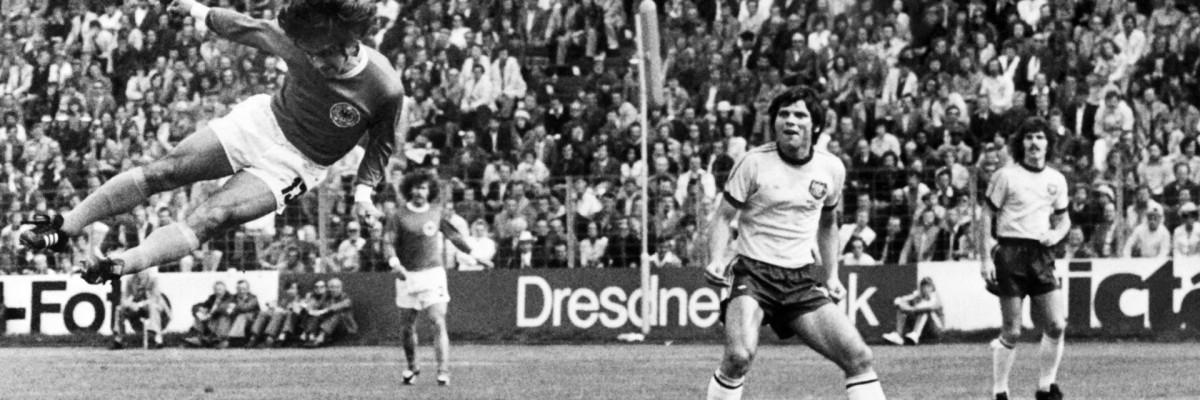 Nesta fotografia de arquivo tirada em 18 de junho de 1974, Gerd Mueller da Alemanha Ocidental marca um gol contra a Austrália durante a Copa do Mundo de 1974 em Hamburgo