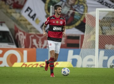 Zagueiro Gustavo Henrique com a bola no jogo Flamengo x Internacional, no Maracanã, pelo Campeonato Brasileiro Série A
