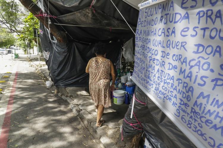 Dona Vania, 45 anos, está há três meses em situação de rua em Fortaleza