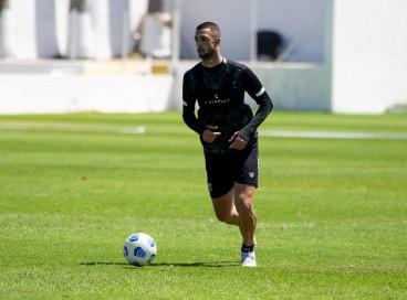 Zagueiro Gabriel Lacerda com a bola em treino do Ceará na Cidade Vozão, em Itaitinga