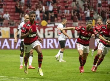 Atacante Bruno Henrique comemora gol no jogo Flamengo x Olímpia, no Mané Garrincha, pela Copa Libertadores
