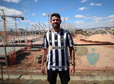 Atacante Diego Costa é apresentado pelo Atlético-MG em obra da Arena MRV