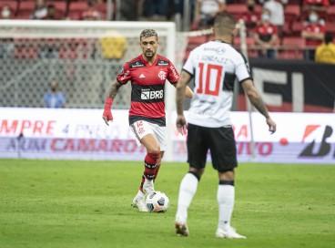 Meia Arrascaeta com a bola no jogo Flamengo x Olímpia, no Mané Garrincha, pela Copa Libertadores