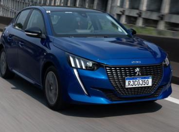 O Peugeot 208 2022 pode ser encontrado no mercado nacional em versões com motor 1,6 litro flex de quatro cilindros, com câmbio manual de cinco marchas ou automático de seis velocidades