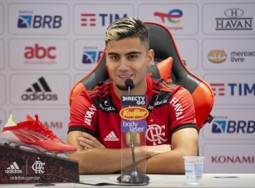 Volante Andreas Pereira é apresentado pelo Flamengo no CT Ninho do Urubu