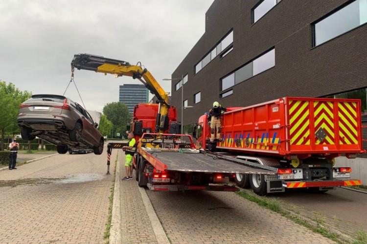 O processo de imersão de um carro em um tanque de água na Bélgica chamou atenção. Entenda como funciona e o por quê do procedimento