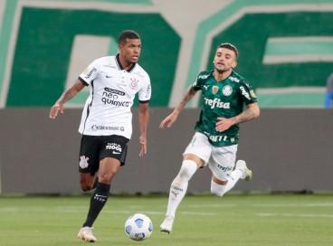 Atacante Léo Natel com a bola no jogo Palmeiras x Corinthians, no Allianz Parque, pelo Campeonato Brasileiro