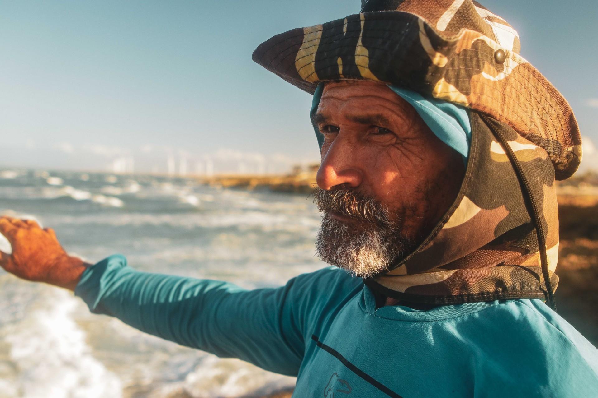 (Foto: FCO FONTENELE/O POVO)Fortim, Ce, BR - 12.08.21 Década dos Oceanos - Praia de Pontal de Maceió no município de Fortim, Na foto José Ferreira Monteiro, 55 anos  (Fco Fontenele/O POVO)