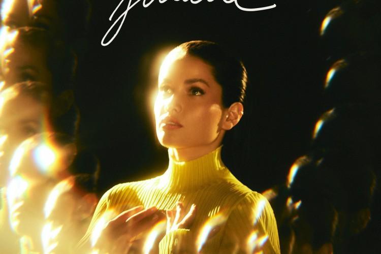 Juliette tinha publicado uma primeira capa para o EP, mas apagou depois de alguns minutos