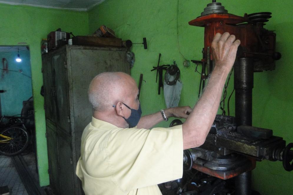 Habilidoso, mestre Geraldo lida com facilidade com os equipamentos da oficina, afirmando nunca ter sofrido um acidente de trabalho(Foto: Luciano Cesário)