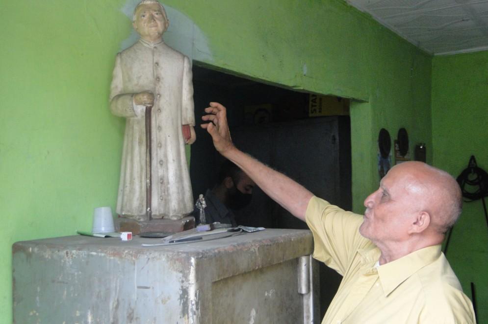 Devoto do Padre Cícero, mestre Geraldo mantém escultura do fundador de Juazeiro do Norte na entrada da oficina onde trabalha há mais de cinco décadas(Foto: Luciano Cesário)