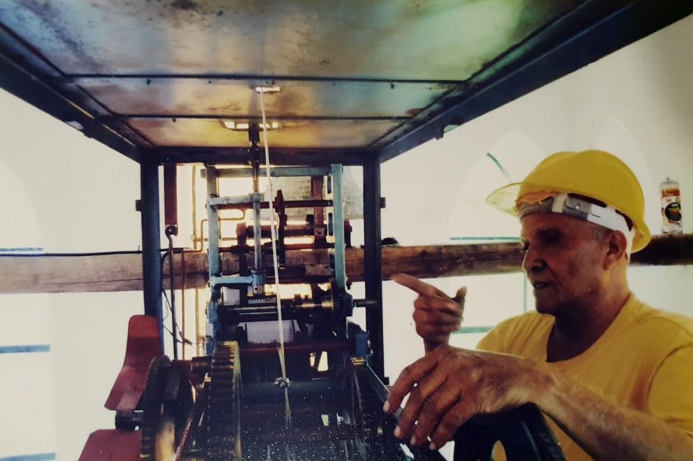 Geraldo Ramos Freire ajustando engrenagem de relógio mecânico durante produção em sua oficina(Foto: Arquivo pessoal)