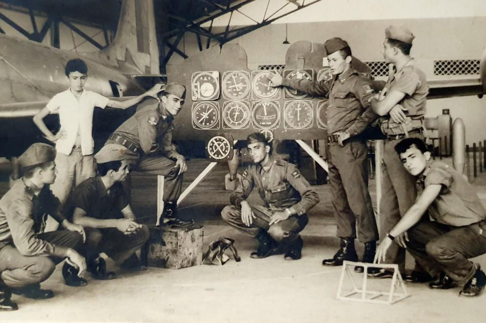 Geraldo Ramos Freire, terceiro da esquerda para a direita, com o pé direito apoiado num bloco de madeira, nos tempos de militar da FAB(Foto: arquivo pessoal)
