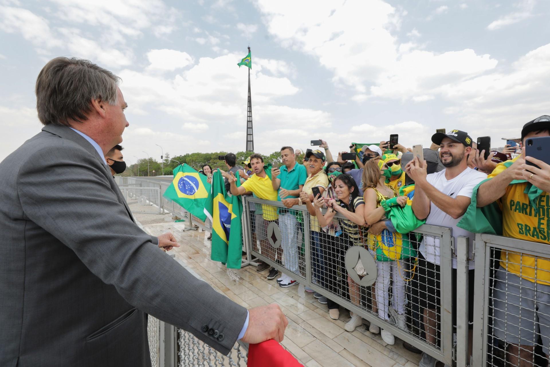 O que pensam os que aplaudem Bolsonaro