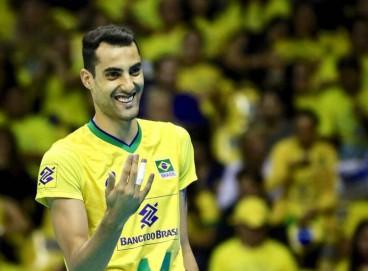 Douglas Souza, atleta de vôlei do Brasil, relata ter sofrido homofobia em aeroporto europeu
