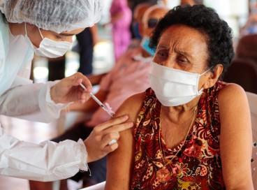 Vacinação com terceira dose começou em Fortaleza no dia 8 de setembro, no Lar Torres de Melo