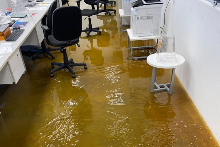 Líquido alcoólico alagou sala do setor administrativo da empresa após desabamento das prateleiras
