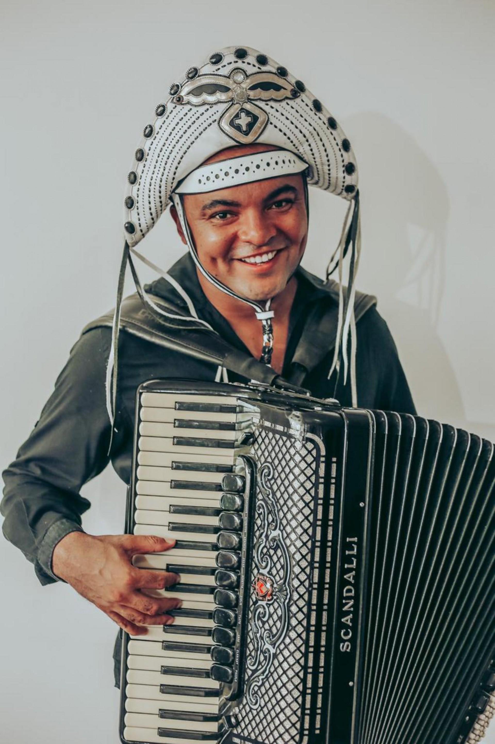 o artista Chambinho do Acordeon faz apresentação on-line nesta quarta-feira, 15, às 18 horas, na programação cultural da CDL Fortaleza. O sanfoneiro interpretou Luiz Gonzaga no filme