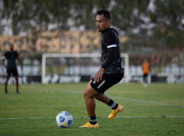 Meia-atacante Lima com a bola em treino do Ceará no estádio Carlos de Alencar Pinto, em Porangabuçu
