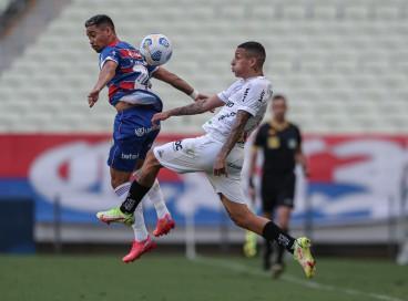 Yago Pikachu e Guilherme Arana disputam bola no jogo Fortaleza x Atlético-MG, na Arena Castelão, pelo Campeonato Brasileiro Série A
