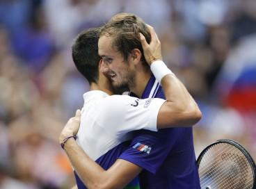 Djokovic (esquerda) abraça Medvedev