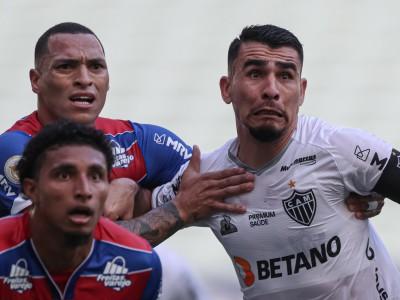 Titi e Junior Alonso em lance no jogo Fortaleza x Atlético-MG, na Arena Castelão, pelo Campeonato Brasileiro Série A