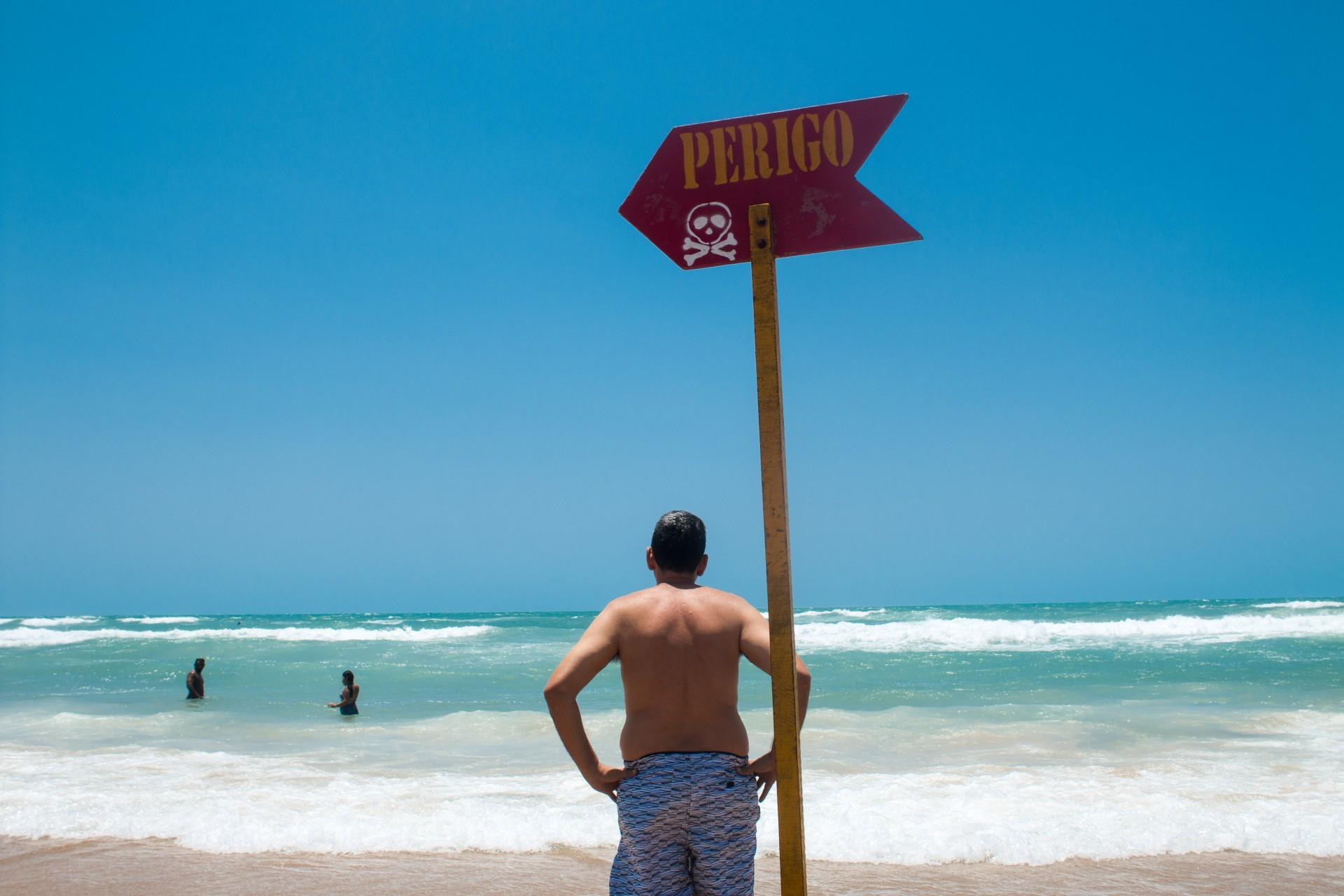 FORTALEZA, CE, BRASIL, 12-09-2018: Grande movimentação na Praia do Futuro, nesse domingo. O Corpo de Bombeiros alerta os banhistas em relação ao risco de afogamento, que vem sendo constantes durante esse período. (Foto: Fernanda Barros/ O POVO) (Foto: Fernanda Barros)