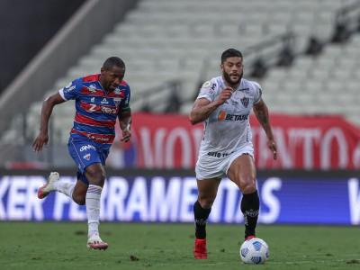 Lateral-direito Tinga marca atacante Hulk no jogo Fortaleza x Atlético-MG, na Arena Castelão, pelo Campeonato Brasileiro Série A