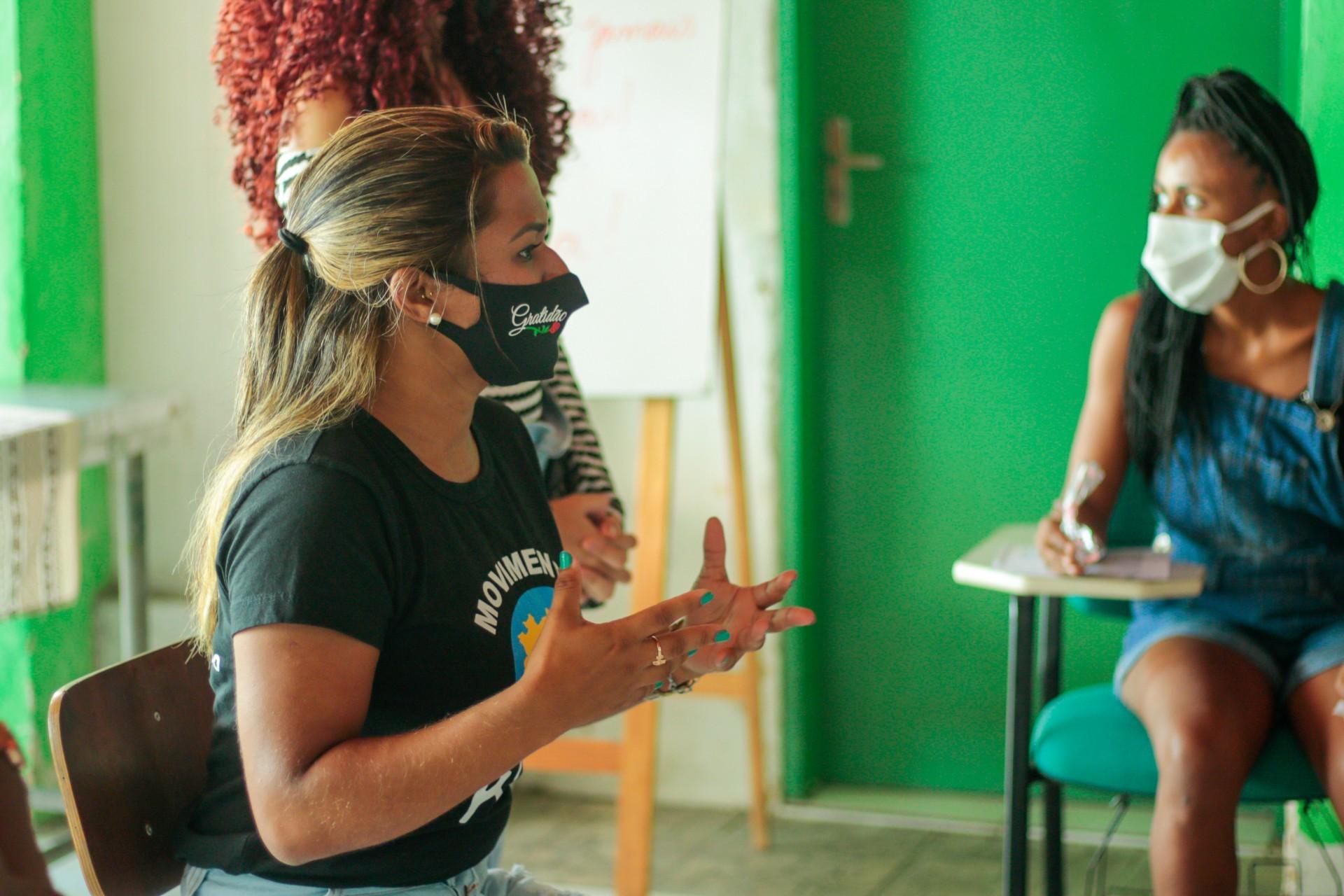 A educadora social Daniela Ximenes conversou com as mulheres atendidas pelo Centro Pop sobre direitos e acesso a serviços