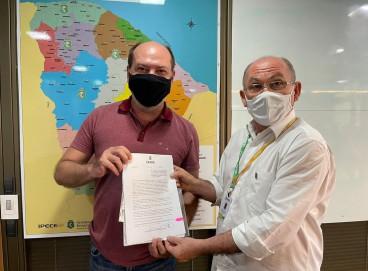 O prefeito Ivo Gomes e o assessor especial Nelson Martins, do Governo do Estado, participaram de audiência para recebimento do decreto